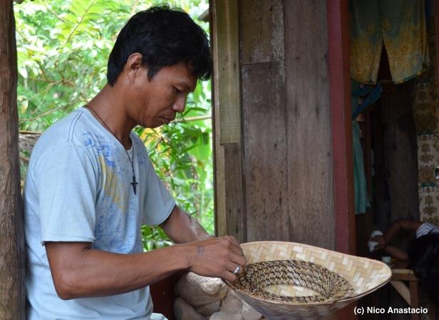A man weaving a salakot